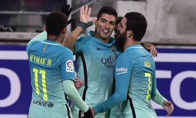 Suárez é cumprimentado por Neymar ao fazer um gol nos 4 a 0 do Barcelona sobre o Eibar Foto: Alvaro Barrientos / AP