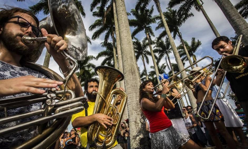 Músicos da Orquestra Voadora ensaiam no Aterro do Flamengo Foto: Guito Moreto / Agência O Globo