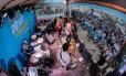 Musica. A banda Suricato encerrou a noite com show no Posto 10: público acompanhou a apresentação junto ao palco Foto: MARCELO REGUA / Agência O Globo