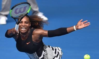Serena Williams devolve a bola na vitória sobre Barbora Strycova Foto: PETER PARKS / AFP