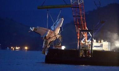 Aeronave em que estava Teori é retirada do mar de Paraty Foto: Fábio Motta / Agência O Globo