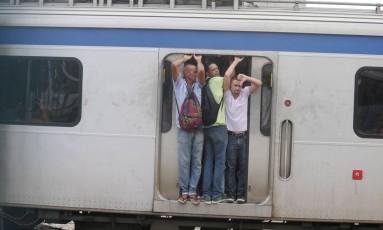 Atraso nos trens do ramal Gramacho deixou vagões lotados, com portas abertas, na estação de Ramos (04/02/2016) Foto: Fabiano Rocha / Agência O GLOBO