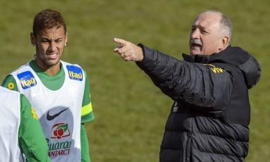 Felipão orienta Neymar durante um treino da seleção brasileira em 2013 Foto: FABRICE COFFRINI / AFP
