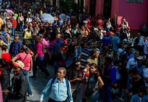 Milhares de venezuelanos fazem fila em Caracas para receber um cartão para consumo de produtos e recebimento de benefícios de programas sociais. Foto: FEDERICO PARRA / AFP