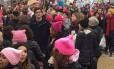 De casaco preto, ao centro da imagem, Joshua Kushner foi visto na marcha contra Donald Trump Foto: Reprodução/Twitter