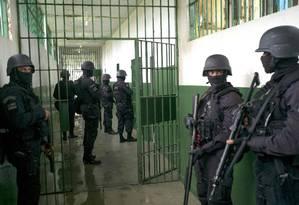 Policiais militares fazem a segurança do Complexo Penitenciário Anísio Jobim, em Manaus, durante visita Foto: RAPHAEL ALVES / AFP/14-01-2017