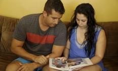 Pais da menina Sofia olham o álbum de fotos da filha Foto: Gabriel de Paiva / Agência O Globo
