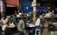 Datilógrafos trabalham em rua de Nova Déli Foto: Bernat Armangue/AP