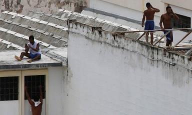Presos circulam e usam celulares livremente em presídio de Alcaçuz Foto: NACHO DOCE / REUTERS