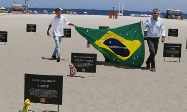 Ato da ONG Rio de Paz em Copacabana Foto: Antonio Scorza / Agência O Globo