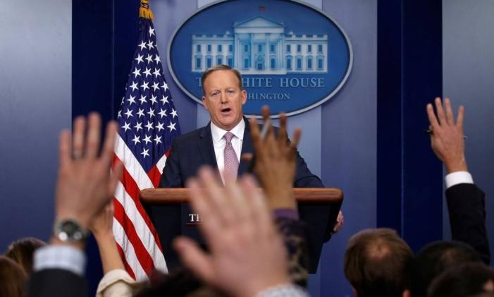 Sean Spicer sinaliza a jornalistas quem fará próxima pergunta, durante coletiva de imprensa Foto: KEVIN LAMARQUE / REUTERS