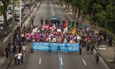 Estudantes protestam contra a interrupção no Bilhete Único Universitário Foto: Guito Moreto / Agência O Globo