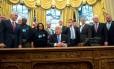 O presidente dos EUA, Donald Trump, e seu vice, Mike Pence, posam com líderes de sindicatos Foto: NICHOLAS KAMM / AFP