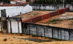 Muro de contêineres é instalado em presídio Foto: NACHO DOCE / REUTERS