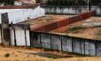 Muro de contêineres é instalado em presídio