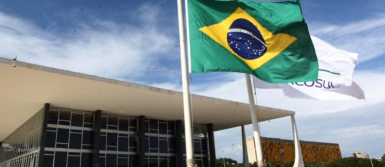 Bandeira nacional em frente ao STF é hasteada a meio mastro após a morte do ministro Teori Zavascki Foto: Givaldo Barbosa / Agência O Globo