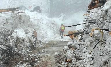Equipes de resgate trabalham no local da tragédia, no Hotel Rigopiano, perto de Farindola, na Itália Foto: Corpo Nazionale Soccorso Alpino e Speleologico / AP