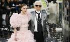 Lily-Rose Depp, filha de Johnny Depp, caiu, definitivamente, nas graças do mundo da moda. Tanto que ela foi escolhida para fechar o desfile de alta-costura da Chanel na semana de moda de Paris na manhã desta terça-feira. Além de sua beleza, a cintura finíssima da modelo impressionou a platéia Foto: Francois Mori / AP