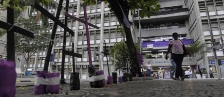 Integrantes do ato protestam contra sucateamento da universidade Foto: Pedro Teixeira / Agência O Globo