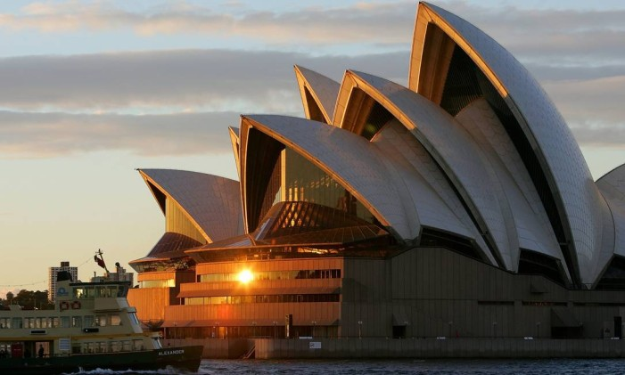This recent photo shows a sunrise over one of the world's greatest tourism icons, the Sydney Opera House. The Opera House, the busiest performing arts centre in the world was designed by Danish architect Jorn Utzon and has 6,225 sq m (67,000 sq ft) of French made glass in the mouths of the roofs and other areas, officially opening on 20 October 1973 and has helped make Australia a must-see international destination for tourists. AFP PHOTO/Greg WOOD Foto: Greg WOOD / AFP