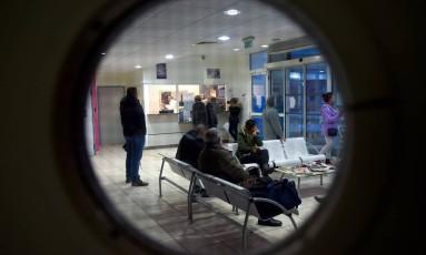 Pessoas esperam em recepção de hospital; médicos relatam ao governo belga óbitos após eutanásia Foto: GUILLAUME SOUVANT / AFP