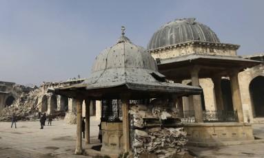 Mosquita em destroços na cidade de Aleppo, Síria. Foto: Hassan Ammar / AP