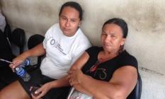 A mãe (à direita) e a irmã de travesti enterrado como indigente Foto: Gustavo Goulart / O Globo