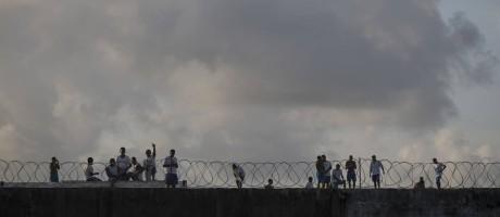 Detentos no telhado da penitenciária estadual de Alcaçuz, no Rio Grande do Norte Foto: Felipe Dana / AP/23-01-2017