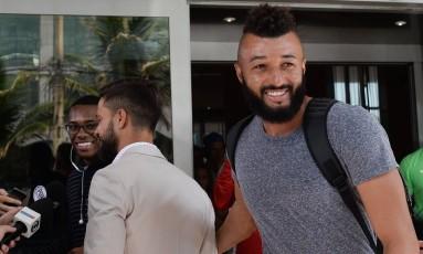 Alex Muralha, goleiro do Flamengo, chega ao hotel da seleção brasileira, com Robinho e Diego ao fundo Foto: Pedro Martins / MoWa Press