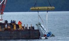 Guindaste iça os destroços do avião que caiu no mar com Teori Zavascki Foto: FÁBIO MOTTA / Agência O Globo