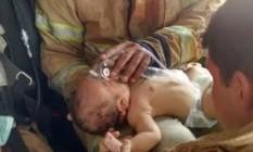 Bebê foi resgatado de casa em chamas Foto: Divulgação