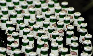 Linha de produção da cerveja Stella Artois, uma das mais tradicionais da Bélgica Foto: PAUL O'DRISCOLL / Bloomberg News