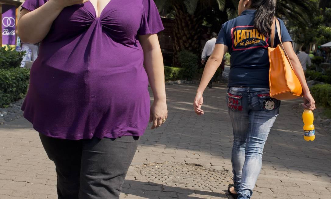 Mulher com sobrepeso caminha em rua da Cidade do México: problema afeta mais toda a região da América Latina e Caribe, diz relatório Foto: AFP/Ronaldo Schemidt