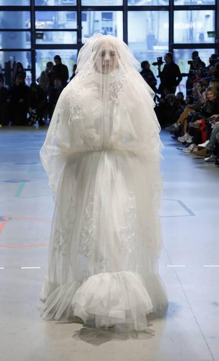 Conhecida por seu impacto na indústria da moda nos últimos anos, a Vetements conciliou a sua pegada streetwear com a haute couture, com direto a vestido de noiva Foto: Thibault Camus / AP