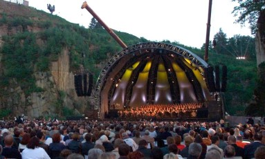 A Orquestra Filarmônica de Viena, uma das mais tradicionais do mundo, faz o concerto anual em homenagens às vítimas do holocausto, no local de um dos campos de concentração existentes na Aústria. Foto: Rubra / Reuters