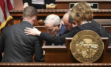 Mark Dayton (ao centro, de cabelos brancos) é carregado após desmaiar em sessão no Congresso do Minnesota Foto: Glen Stubbe / AP