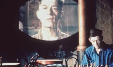 John Hurt aparece em cena de '1984', filme baseado no romance distópico de George Orwell Foto: Divulgação