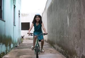 Hoje, com nove anos, Ana Júlia se diverte com a bicicleta perto de casa da família, em Luziânia (GO) Foto: Michel Filho / Agência O Globo