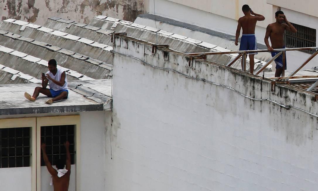 Desde o massacre, os presos controlam o presídio e ocupam os telhados dos pavilhões Foto: NACHO DOCE / REUTERS