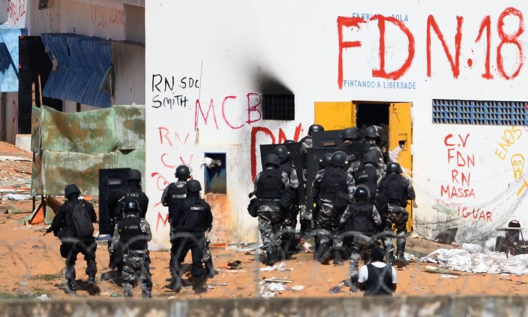 A tropa de choque da PM precisou usar balas de borracha e entrar na penitenciária para conter a briga Foto: ANDRESSA ANHOLETE / AFP