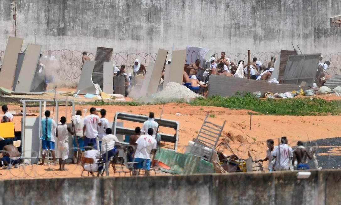E usaram facas, pedaços de madeira e até uma pistola Foto: ANDRESSA ANHOLETE / AFP