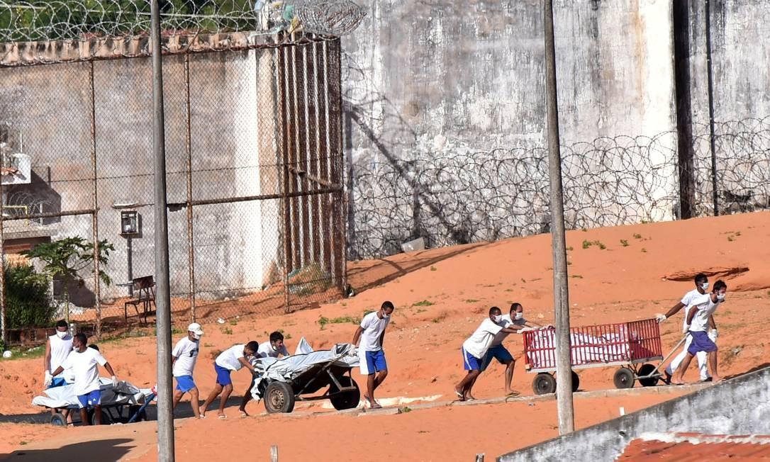 A maioria dos corpos dos 26 detentos mortos foi decapitada ou esquartejada Foto: STRINGER / REUTERS