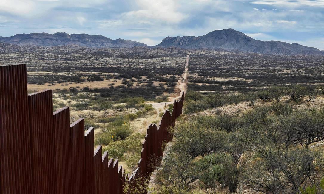 Vista da cerca entre México e EUA na comunidade de Sasebe, localizada no estado mexicano de Sonora Foto: ALFREDO ESTRELLA / AFP