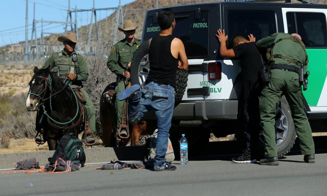 Homem é revistado na fronteira, próximo a Jacumba, Califórnia Foto: MIKE BLAKE / REUTERS