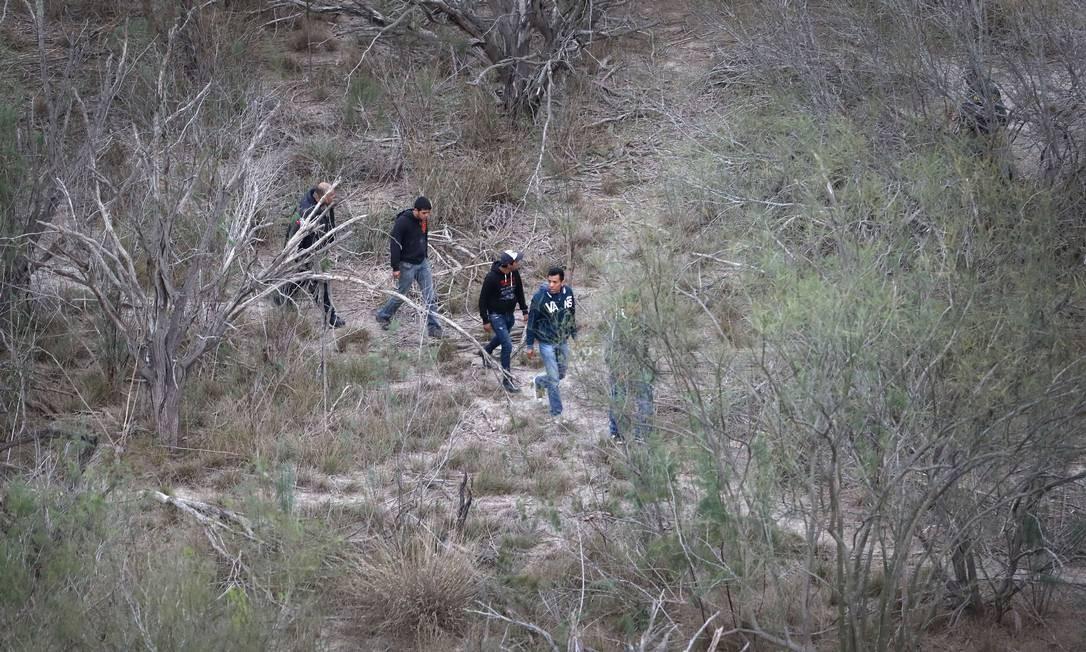 Imigrantes sem documentos tentam cruzar a fronteira entre México e EUA. A travessia se deu na região de La Grulla, Texas Foto: JOHN MOORE / AFP