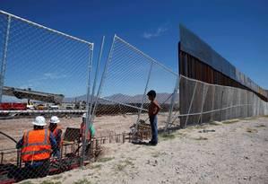 Do México, menino observa cerca na fronteira com os EUA Foto: JOSE LUIS GONZALEZ / REUTERS