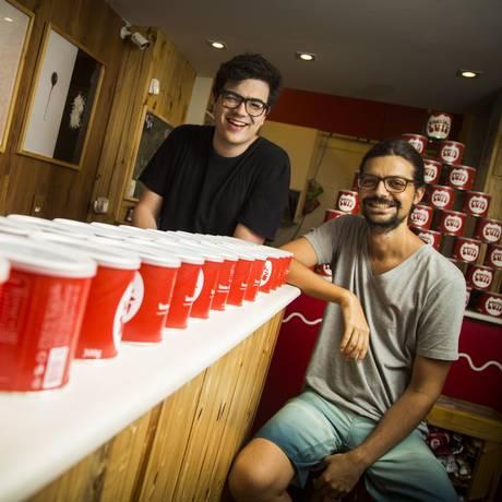 Igor ( à esquerda) e Guilherme na loja do Brownie do Luiz Foto: A gência O Globo / Bárbara Lopes