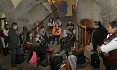 Medo do futuro. Jovens mexicanos que migraram para os EUA na infância se reúnem antes de iniciar uma sessão de terapia de grupo: programa social corre risco, dizem analistas Foto: Marco Ugarte / AP/22-12-2016