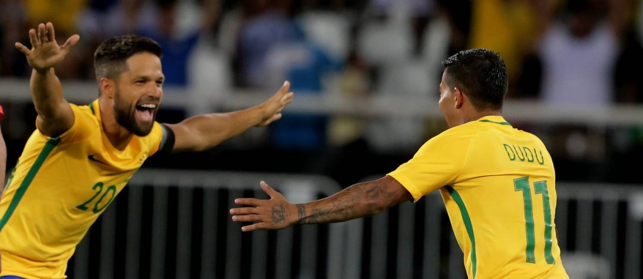 Diego abre os braços para comemorar com Dudu, autor do gol da vitória Foto: Marcelo Theobald