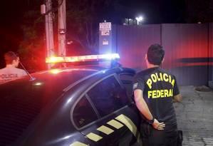 Policiais federais chegam à casa do empresário Eike Batista Foto: Gabriel Paiva / Agência O Globo